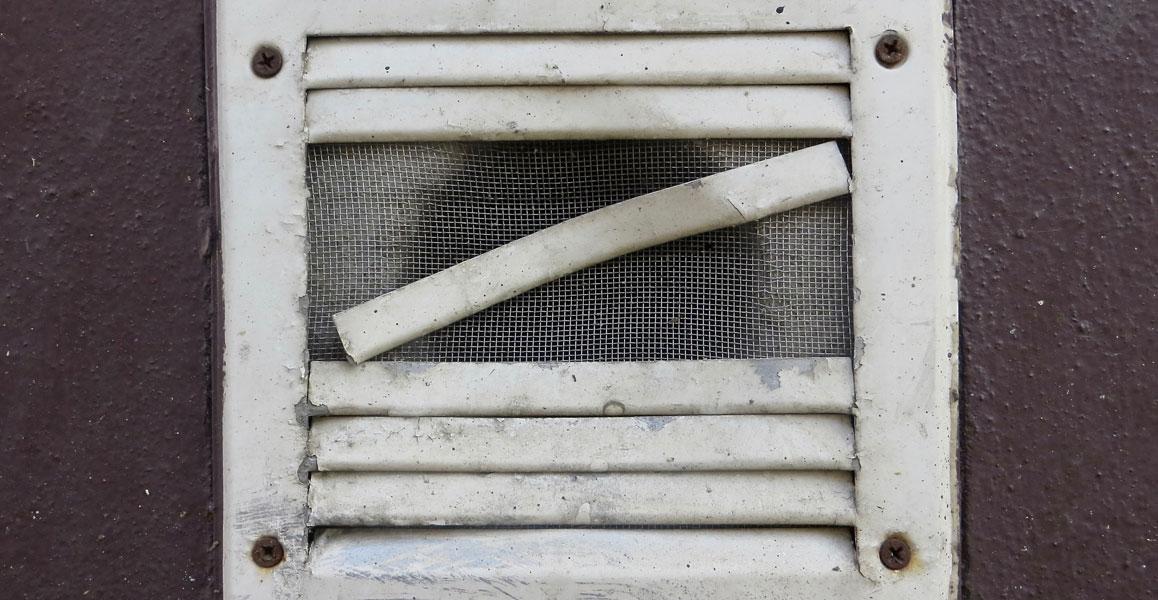 Lüftungsgitter verschmutzt und schadhaft